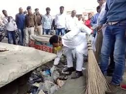 indore,  Health Minister, embarked road, decorate the sand, sweep picked up debris
